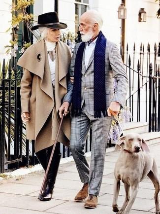 Comment porter: costume à carreaux gris, chemise de ville blanche, chaussures richelieu en daim marron, bandana blanc et rouge et bleu marine