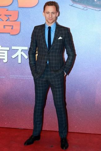 Comment porter: costume à carreaux bleu marine, chemise de ville bleue, chaussures richelieu en cuir noires, cravate noire