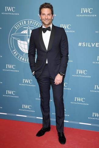 Comment porter: costume bleu marine, chemise de ville blanche, chaussures richelieu en daim noires, nœud papillon noir