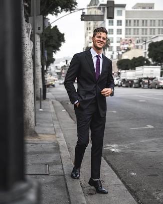 Comment porter: costume noir, chemise de ville violet clair, chaussures richelieu en cuir noires, cravate pourpre