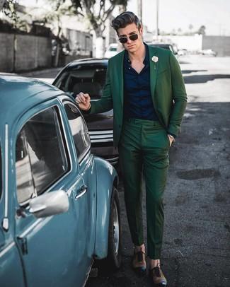 Comment porter: costume vert foncé, chemise de ville bleu marine, chaussures richelieu en cuir marron, broche beige