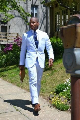 Comment porter: costume bleu clair, chemise de ville blanche, chaussures richelieu en cuir marron, cravate á pois bleu marine