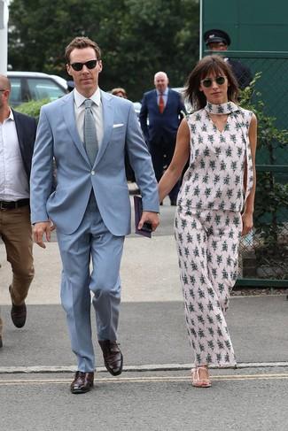 Comment porter: costume bleu clair, chemise de ville blanche, chaussures richelieu en cuir bordeaux, cravate en tricot bleu clair