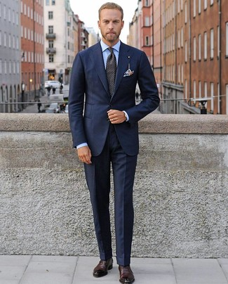 Comment porter: costume bleu marine, chemise de ville bleu clair, chaussures richelieu en cuir bordeaux, cravate á pois noire