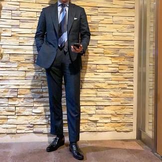 Comment porter: costume noir, chemise de ville bleu clair, chaussures richelieu en cuir noires, cravate à rayures horizontales bleu clair