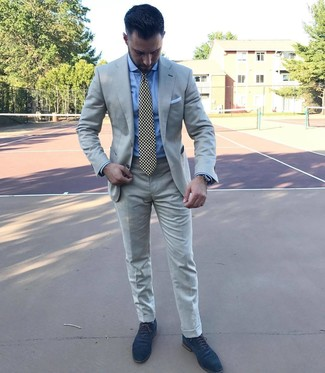 Comment porter: costume gris, chemise de ville bleu clair, chaussures richelieu en daim bleu marine, cravate imprimée noire et blanche