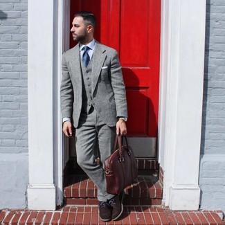 Comment porter une serviette en cuir marron: Pour créer une tenue idéale pour un déjeuner entre amis le week-end, pense à opter pour un costume en laine gris et une serviette en cuir marron. Une paire de des chaussures richelieu en daim marron foncé rendra élégant même le plus décontracté des looks.