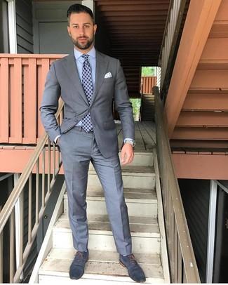 Comment porter: costume gris, chemise de ville bleu clair, chaussures richelieu en cuir bleu marine, cravate imprimée bleu marine