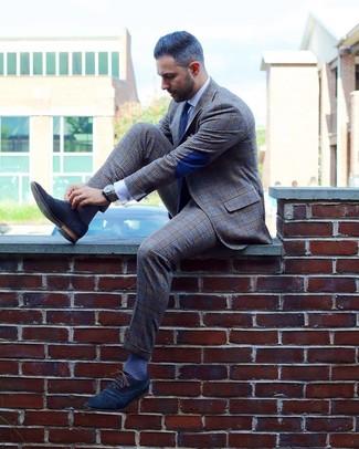 Comment porter une cravate á pois bleu marine et blanc: Marie un costume écossais gris avec une cravate á pois bleu marine et blanc pour dégager classe et sophistication. Une paire de des chaussures richelieu en daim bleu marine est une option parfait pour complèter cette tenue.