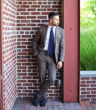 Comment porter une cravate á pois bleu marine et blanc: Associer un costume écossais marron et une cravate á pois bleu marine et blanc créera un look pointu et élégant. Cette tenue est parfait avec une paire de des chaussures richelieu en cuir bleu marine.