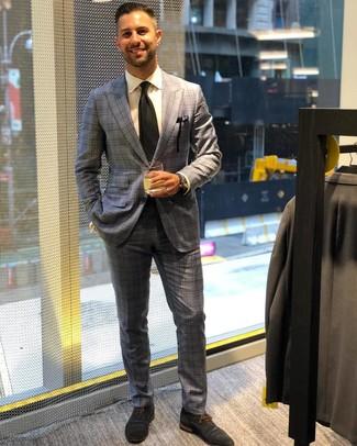 Comment porter: costume écossais gris, chemise de ville blanche, chaussures richelieu en daim bleu marine, cravate noire