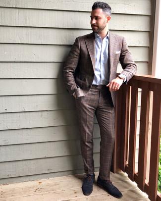 Comment porter: costume écossais marron, chemise de ville bleu clair, chaussures richelieu en cuir bleu marine, pochette de costume blanche