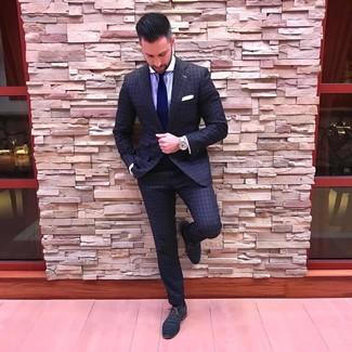 Comment porter: costume à carreaux gris foncé, chemise de ville à rayures verticales violet clair, chaussures richelieu en cuir bleu marine, cravate bleu marine
