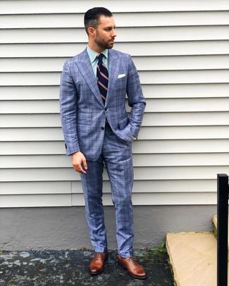 Comment porter: costume écossais bleu, chemise de ville à rayures verticales verte, chaussures richelieu en cuir marron, cravate à rayures verticales bleu marine