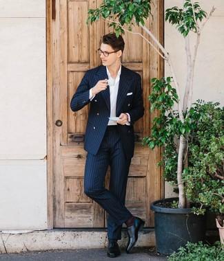 Tenue: Costume à rayures verticales bleu marine, Chemise de ville blanche, Chaussures richelieu en cuir noires, Pochette de costume blanche