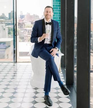 Comment porter: costume bleu marine, chemise de ville blanche, chaussures richelieu en cuir noires, nœud papillon noir