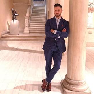 Comment porter: costume à rayures verticales bleu marine, chemise de ville violet clair, chaussures richelieu en cuir marron, pochette de costume imprimée multicolore