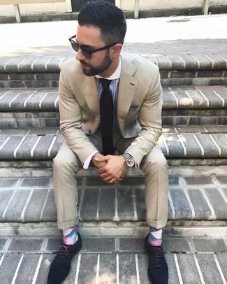 Comment porter: costume beige, chemise de ville à rayures verticales bleue, chaussures richelieu en daim bleu marine, cravate noire