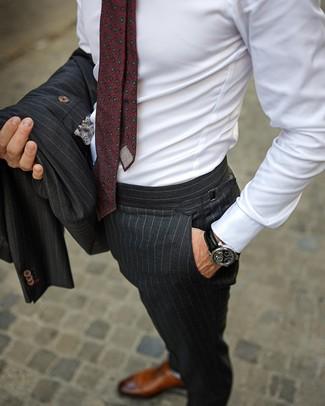 Comment porter des chaussures richelieu en cuir marron en été: Fais l'expérience d'un style élégant et raffiné avec un costume à rayures verticales gris foncé et une chemise de ville blanche. Une paire de des chaussures richelieu en cuir marron est une option judicieux pour complèter cette tenue. On adore ce look superbe, bien estivale.
