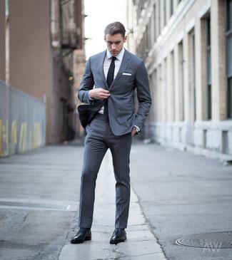 Tenue: Costume gris foncé, Chemise de ville blanche, Chaussures richelieu en cuir noires, Cravate noire