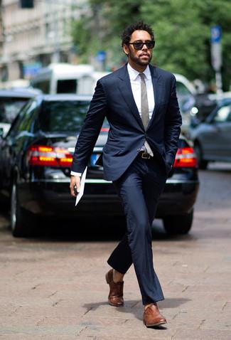 Comment porter des chaussures richelieu en cuir marron en été: Essaie d'harmoniser un costume bleu marine avec une chemise de ville blanche pour une silhouette classique et raffinée. Une paire de des chaussures richelieu en cuir marron est une option astucieux pour complèter cette tenue. Une géniale tenue, idéale pour pour les journées estivales.