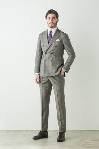 Comment porter une cravate imprimée violette: Porte un costume à carreaux gris et une cravate imprimée violette pour dégager classe et sophistication. Une paire de des chaussures richelieu en cuir marron foncé s'intégrera de manière fluide à une grande variété de tenues.