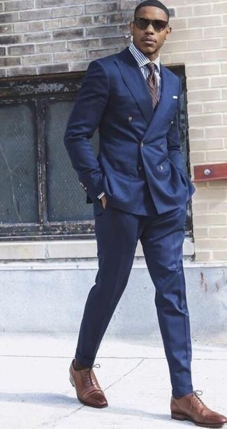 Comment porter une cravate à rayures horizontales marron: Associe un costume bleu marine avec une cravate à rayures horizontales marron pour une silhouette classique et raffinée. Jouez la carte décontractée pour les chaussures et fais d'une paire de des chaussures richelieu en cuir marron ton choix de souliers.
