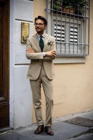 Comment porter une cravate vert foncé: Essaie d'harmoniser un costume marron clair avec une cravate vert foncé pour un look pointu et élégant. Jouez la carte décontractée pour les chaussures et fais d'une paire de des chaussures richelieu en cuir marron foncé ton choix de souliers.