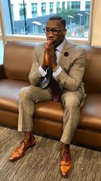Comment porter une cravate á pois bordeaux: Pense à associer un costume marron clair avec une cravate á pois bordeaux pour un look classique et élégant. Si tu veux éviter un look trop formel, opte pour une paire de des chaussures richelieu en cuir tabac.