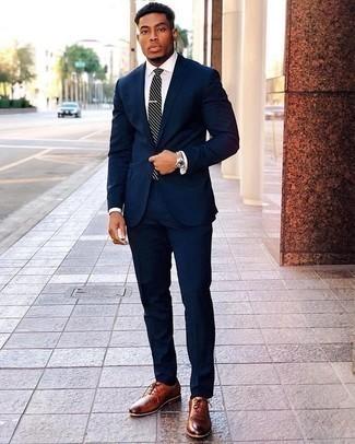 Comment porter des chaussettes bleu marine: Essaie d'harmoniser un costume bleu marine avec des chaussettes bleu marine pour une tenue confortable aussi composée avec goût. Assortis cette tenue avec une paire de des chaussures richelieu en cuir tabac pour afficher ton expertise vestimentaire.