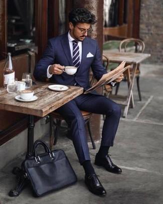 Comment porter des chaussettes bleu marine: Pense à porter un costume bleu marine et des chaussettes bleu marine pour une tenue idéale le week-end. Une paire de des chaussures richelieu en cuir noires est une façon simple d'améliorer ton look.