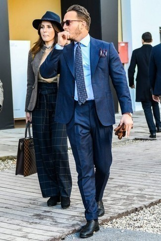 Comment porter des gants en cuir marron: Essaie de marier un costume bleu marine avec des gants en cuir marron pour obtenir un look relax mais stylé. Jouez la carte classique pour les chaussures et opte pour une paire de des chaussures richelieu en cuir noires.