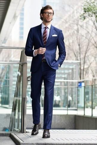 Comment porter des chaussures richelieu en cuir marron foncé: Pense à harmoniser un costume bleu marine avec une chemise de ville blanche pour dégager classe et sophistication. Une paire de des chaussures richelieu en cuir marron foncé est une option astucieux pour complèter cette tenue.