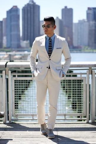Comment porter un costume blanc: Pense à opter pour un costume blanc et une chemise de ville en chambray bleu clair pour une silhouette classique et raffinée. Une paire de des chaussures richelieu en daim grises s'intégrera de manière fluide à une grande variété de tenues.