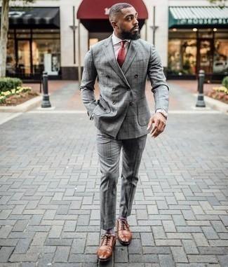 Comment porter un costume à carreaux gris: Choisis un costume à carreaux gris et une chemise de ville blanche pour un look classique et élégant. Une paire de des chaussures richelieu en cuir tabac est une option judicieux pour complèter cette tenue.