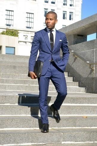 Comment porter un costume à rayures verticales bleu: Pense à harmoniser un costume à rayures verticales bleu avec une chemise de ville blanche pour un look pointu et élégant. Une paire de des chaussures richelieu en cuir noires est une option astucieux pour complèter cette tenue.