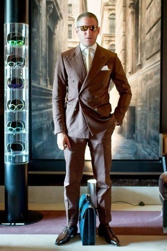 Comment porter une cravate beige: Pense à opter pour un costume marron et une cravate beige pour un look pointu et élégant. Décoince cette tenue avec une paire de des chaussures richelieu en cuir marron foncé.
