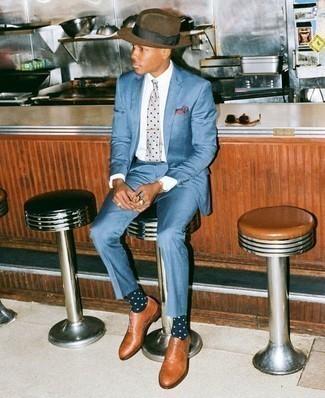 Comment porter un chapeau en laine marron: Pense à opter pour un costume bleu et un chapeau en laine marron pour un déjeuner le dimanche entre amis. Opte pour une paire de des chaussures richelieu en cuir tabac pour afficher ton expertise vestimentaire.