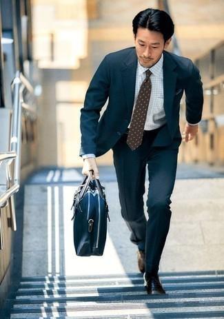 Comment porter une cravate á pois marron: Marie un costume bleu marine avec une cravate á pois marron pour une silhouette classique et raffinée. Si tu veux éviter un look trop formel, fais d'une paire de des chaussures richelieu en cuir marron ton choix de souliers.