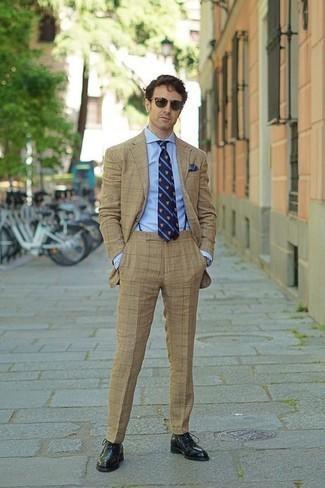 Comment porter des lunettes de soleil vert foncé: Choisis un costume marron clair et des lunettes de soleil vert foncé pour une tenue confortable aussi composée avec goût. Habille ta tenue avec une paire de des chaussures richelieu en cuir noires.