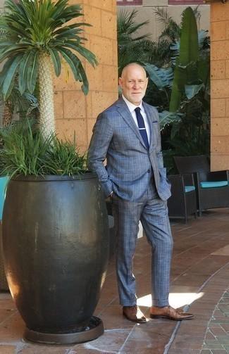 Comment porter une pochette de costume bleu marine: Pense à marier un costume écossais bleu avec une pochette de costume bleu marine pour affronter sans effort les défis que la journée te réserve. Opte pour une paire de des chaussures richelieu en cuir marron pour afficher ton expertise vestimentaire.
