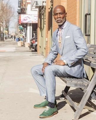 Comment porter une cravate: Pense à harmoniser un costume bleu clair avec une cravate pour un look pointu et élégant. Jouez la carte décontractée pour les chaussures et choisis une paire de des chaussures richelieu en cuir vert foncé.