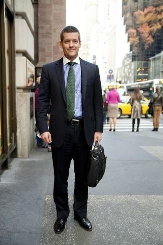 Comment s'habiller après 40 ans: Pense à marier un costume noir avec une chemise de ville à rayures verticales bleu clair pour un look pointu et élégant. Assortis ce look avec une paire de des chaussures richelieu en cuir noires.