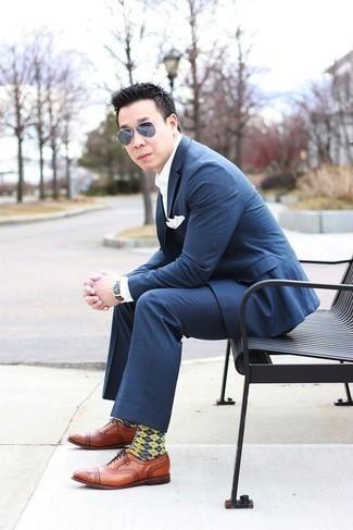 Comment porter des chaussures richelieu en cuir tabac: Essaie de marier un costume à carreaux bleu marine avec une chemise de ville blanche pour dégager classe et sophistication. Une paire de des chaussures richelieu en cuir tabac est une option avisé pour complèter cette tenue.