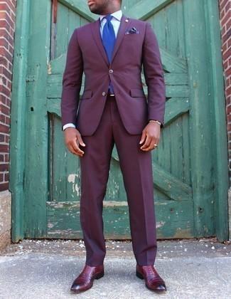 Comment porter une pochette de costume imprimée bleu marine: Harmonise un costume pourpre avec une pochette de costume imprimée bleu marine pour une tenue confortable aussi composée avec goût. Une paire de des chaussures richelieu en cuir bordeaux rendra élégant même le plus décontracté des looks.