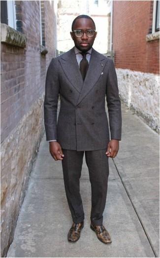 Comment porter un costume: Pense à associer un costume avec une chemise de ville à carreaux blanche et noire pour un look classique et élégant. Une paire de des chaussures richelieu en cuir marron clair est une option avisé pour complèter cette tenue.