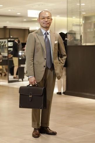 Comment porter des chaussures richelieu en cuir marron: Essaie d'harmoniser un costume marron clair avec une chemise de ville blanche pour un look pointu et élégant. Cet ensemble est parfait avec une paire de des chaussures richelieu en cuir marron.