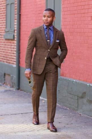 Comment porter des chaussures richelieu en cuir marron: Pense à associer un costume à carreaux marron avec une chemise de ville à rayures verticales bleue pour un look pointu et élégant. Jouez la carte classique pour les chaussures et fais d'une paire de des chaussures richelieu en cuir marron ton choix de souliers.