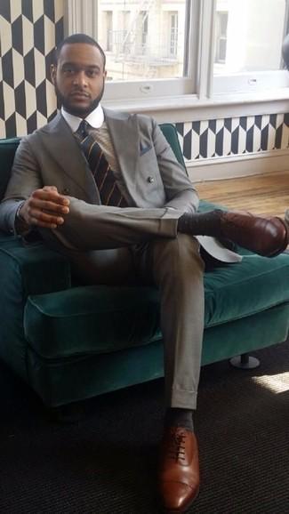 Comment porter des chaussures richelieu en cuir marron: Associe un costume gris avec une chemise de ville à carreaux beige pour un look pointu et élégant. Cette tenue est parfait avec une paire de des chaussures richelieu en cuir marron.