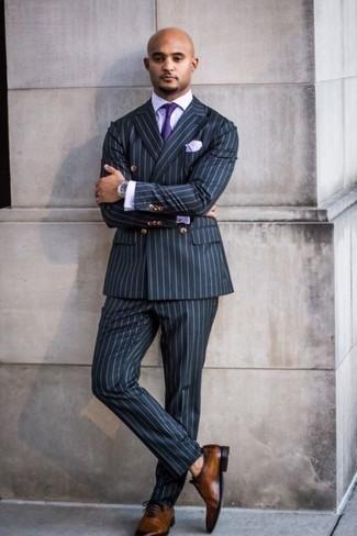 Comment porter des chaussures richelieu en cuir marron: Essaie d'associer un costume à rayures verticales bleu marine avec une chemise de ville à carreaux violet clair pour dégager classe et sophistication. Termine ce look avec une paire de des chaussures richelieu en cuir marron pour afficher ton expertise vestimentaire.